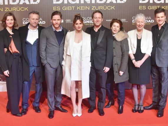 Emma Watson (Mitte) neben Regisseur Florian Gallenberger (r.) und Schauspielkollege Daniel Brühl sowie dem Hauptcast von