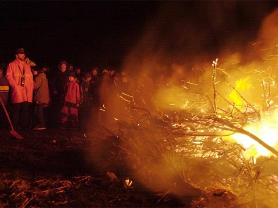Das Biikefeuer am Stollberg, in der Nähe des nordfriesischen Bredstedts, ist seit Jahren ein echter Menschenmagnet.