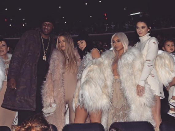 Beim Kanye-West-Event: Lamar Odom (l.) und Kim Kardashian in Blond (r.) stehen im Mittelpunkt