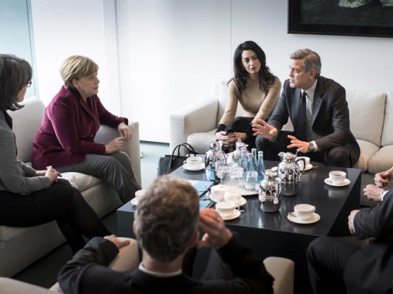 Bundeskanzlerin Angela Merkel (l.) trifft Amal und George Clooney (r.)