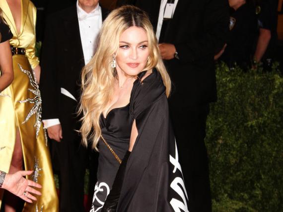 Hat es nicht mit dem Ausziehen langer Umhänge: Madonna