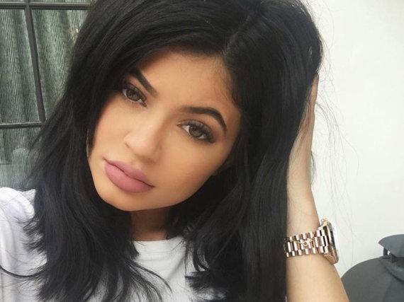 Mit 50 Millionen Instagram-Followern hat Kylie Jenner einen riesigen Einfluss auf ihre jungen Fans. Was sie trägt, wird innerhalb kürzester Zeit Trend.