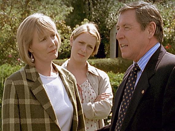 Inspector Tom Barnaby (John Nettles, r.) ist entsetzt, dass sich seine Frau Joyce (Jane Wymark, l.) wegen Cullys (Laura Howards, Mitte) Auszug gerade im mörderischen Midsomer ein neues Wohndomizil suchen will.