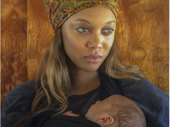 Tyra Banks hält ihren Sohn York Banks Asla auf dem Arm