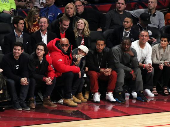 Hatten ihren Spaß während des Spiels: Vin Diesel (rote Jacke) mit Sohn Vincent und Schauspiel-Kollege Ludacris