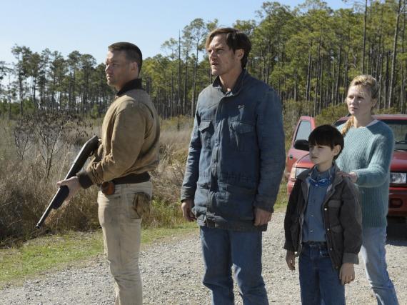 Vater Roy (Michael Shannon, Mitte) tut alles, um seinen Sohn Alton zu beschützen. Hilfe bekommt er von Lucas (Joel Edgerton) und seiner Frau (Kirsten Dunst)