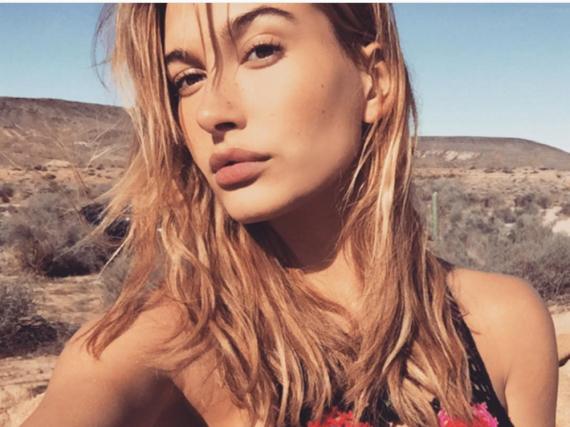 Hailey Baldwin freut sich über das Shooting und ist gespannt auf das Coachella Festival im April
