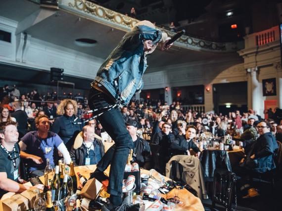 BMTH-Sänger Oli Sykes rockt ohne Rücksicht auf Coldplays Sektflaschen