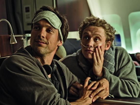 Benno (Florian David Fitz) und Andi (Matthias Schweighöfer) fliegen in der First Class nach Mombasa