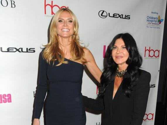 Heidi Klum in navyblau mit ihrer Stylistin Wendy Ilesbei den Hollywood Beauty Awards