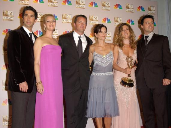 Alle zusammen auf einem Bild: David Schwimmer, Lisa Kudrow, Matthew Perry, Courteney Cox, Jennifer Aniston und Matt LeBlanc (v.l.n.r.) bei den Emmy Awards 2002
