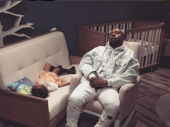 Shopping ist ganz schön anstrengend: Kanye West und Töchterchen North müssen sich erstmal ausruhen