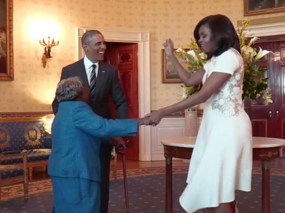 Barack Obama tanzt mit seiner Frau Michelle und dem 106-jährigen Besuch