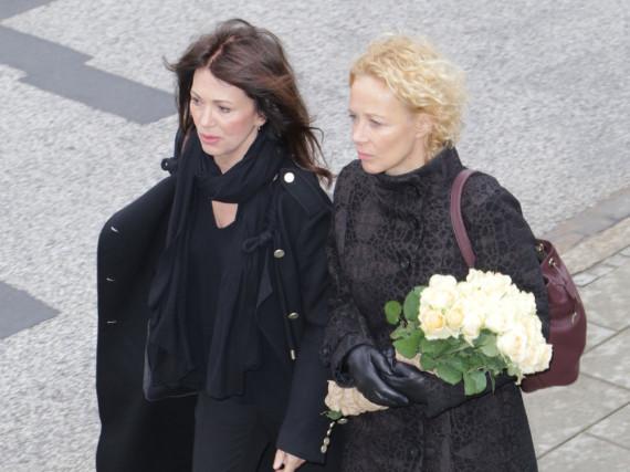 Die Schauspielerinnen Iris Berben und Katja Riemann auf dem Weg zur Trauerfeier für Roger Willemsen