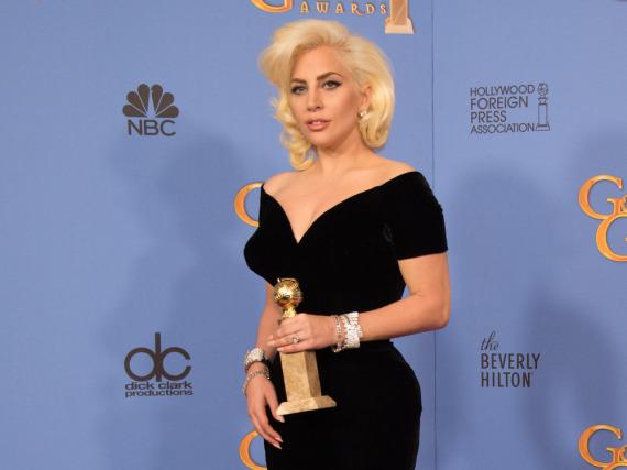 Lady Gaga mit ihrem Golden Globe, den sie im Januar für ihre Rolle in