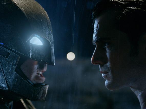 Zwei, die sich jetzt öfter sehen werden: Ben Affleck alias Batman (li.) und Henry Cavill aka Superman