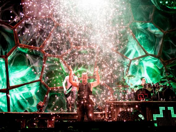 Rammstein - hier bei einem Auftritt in Moskau - werden bei den ausverkauften Southside- und Hurricane-Festivals spielen