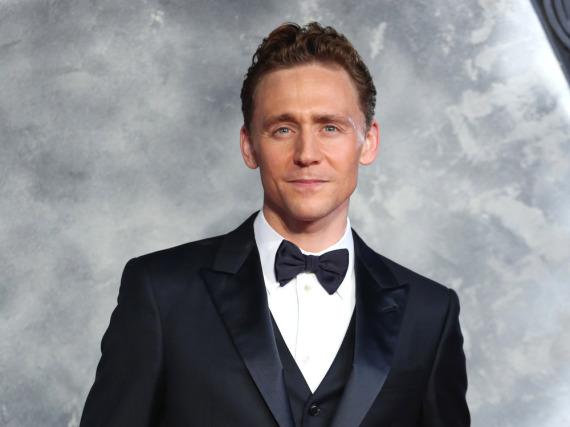 Der Anzug steht Tom Hiddleston auf jeden Fall schon einmal