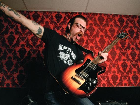 Jesse Hughes von den Eagles of Death Metal hat mit einer Verletzung am Finger zu kämpfen