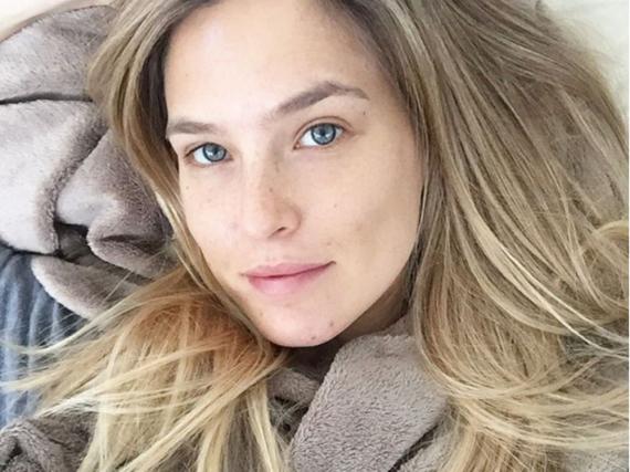 Schick auf dem Sofa: Topmodel Bar Refaeli weiß, wie das geht