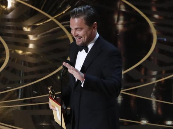 Auf die rechte Hand kommt es an: Urkunde und Oscar-Statue lassen Leo DiCaprio offenbar nur den Mittelfinger frei