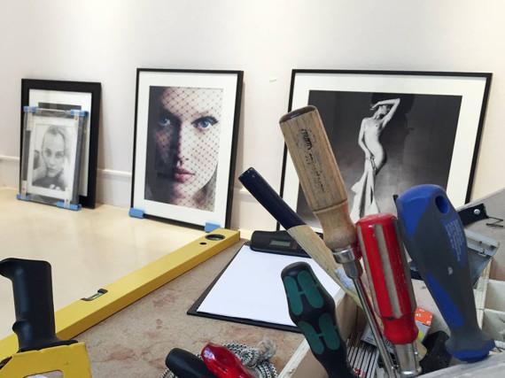 Topmodel Toni Garrn guckt auf dem Foto in der Mitte durch einen schwarzen Schleier