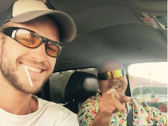 Liam Hemsworth und der Mann mit der Sonnenbrille