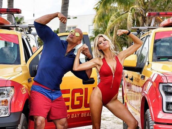 Dwayne Johnson und Kelly Rohrbach lassen die Muskeln spielen