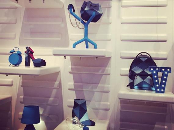 Blau ist eine warme Farbe: Camille Seydoux debütiert auf der Paris Fashion Week