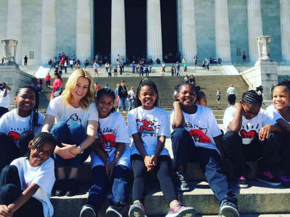 Elizabeth Banks ist Patin der Moten Grundschule in Washington, D.C.