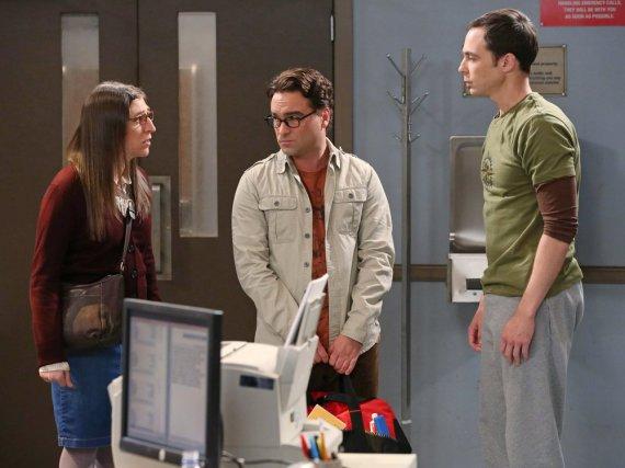 Leonard (Johnny Galecki, Mitte) versucht sich in der ersten Folge von Staffel acht als Vermittler zwischen Sheldon (Jim Parsons) und Amy (Mayim Bialik)