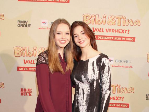 Bibi (l., Lina Larissa Strahl) und Tina (Lisa-Marie Koroll) bei der Premiere ihres Films