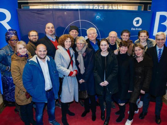 Das komplette Team um die Jubilare Udo Wachtveitl (Mitte, hinten, mit Mütze) und Miro Nemec (Mitte, hinten, r. neben Wachtveitl)