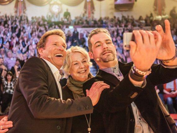 Krimifestival München: Christian Tramitz, Rita Falk und Moderator Florian Wagner (v.l.n.r.) beim Selfieschießen nach der Show im Cirkus Krone Bau