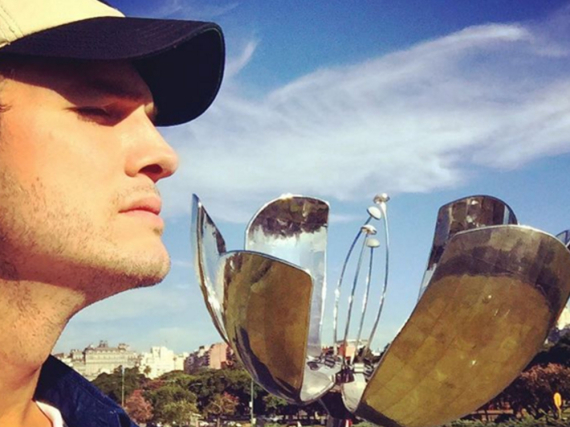 Ashton Kutcher vor dem Kunstwerk