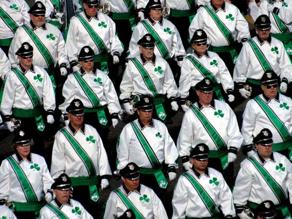 Eine Marching-Band während des großen St.Patrick's-Umzugs