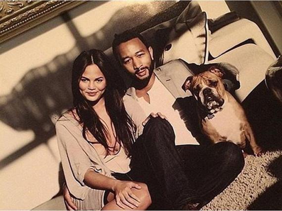 Happy Family: Chrissy Teigen mit Ehemann John Legend und ihrem ersten gemeinsamen Hund