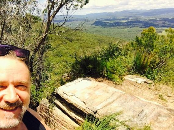Russell Crowe rückt den Pfunden mit Sport zu Leibe - hier hat er sich auf einen Berggipfel vorgekämpft