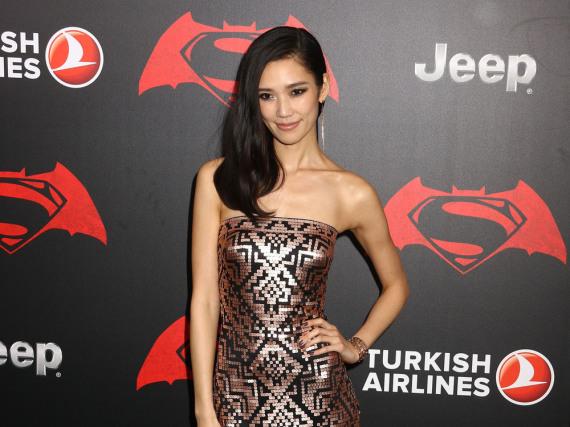 Die japanische Schauspielerin Tao Okamoto stiehlt mit diesem eleganten Pailletten-Kleid ihren Kollegen die Show