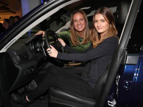 Dana Schweiger (li.) überlässt Tochter Lilli das Steuer