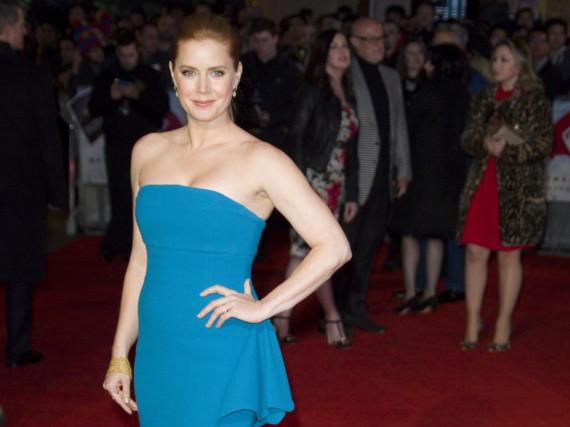 Kontrastreicher Auftritt: Amy Adams im hellblauen Kleid auf dem roten Teppich