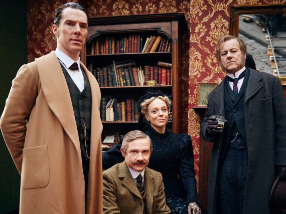 V.l.n.r.: Sherlock Holmes (Benedict Cumberbatch), Dr. John Watson (Martin Freeman), Mary Watson (Amanda Abbington) und Detective Inspector Lestrade (Rupert Graves)