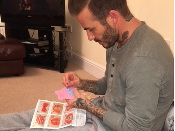 Nur nicht in den Finger stechen: David Beckham sitzt hochkonzentriert über seinen Näharbeiten