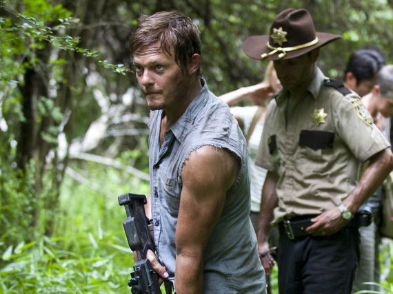 Daryl Dixon (Norman Reedus, vorne) geht nie ohne Armbrust aus dem Haus