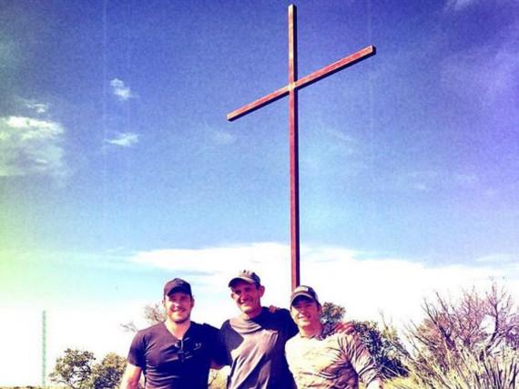 Chris Pratt und seine Freunde haben zu Ostern ein Kreuz aufgestellt