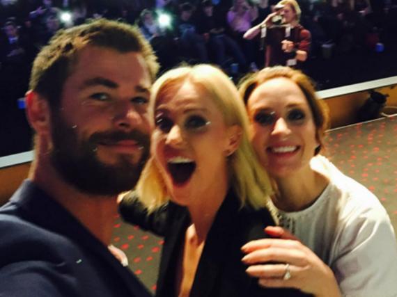 Chris Hemsworth posiert stolz mit seinen