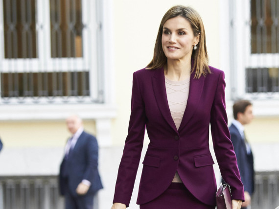 Perfektes Farbenspiel: Königin Letizia in einem Business-Kostüm in kräftigem Aubergine
