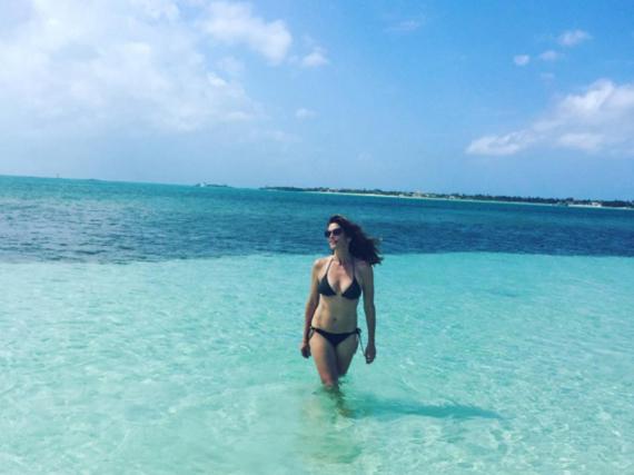 Beneidenswert: Model Cindy Crawford genießt das türkisblaue Wasser