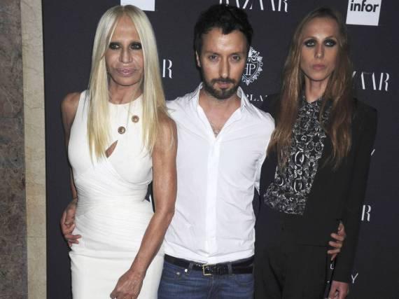 Anthony Vaccarello mit Donatella Versace (links) und ihrer Tochter Allegra