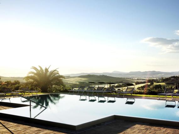 Panoramablick vom Hotelpool in die Landschaft der Marken